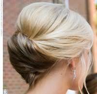 Отлично выглядит прическа ракушка в данной вариации для волос средней длины. Прядям придается дополнительный объем на макушке, затем они собираются в горизонтальную ракушку на затылке и фиксируются шпильками.