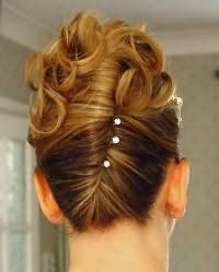 Роскошная прическа ракушка для волос средней длины. Пряди скручиваются в жгут от затылка к макушке. Концы укладываются в локоны и декорируют ракушку. Дополнят прическу шпильки с жемчужинами на концах.