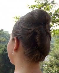 Сложная прическа ракушка поможет разнообразить любой образ. Волосы делятся на две части горизонтально. Нижняя часть укладывается в вертикальный валик. Верхняя часть начесывается у корней, фиксируется назад, её концы заплетаются в тонкую косичку, которая огибает ракушку.