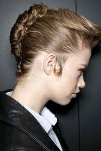 Прическа ракушка является отличным вариантом для офисного стиля. Волосы собираются в вертикальный валик от макушки до затылка и фиксируются шпильками. Удлиненная челка укладывается назад и обрабатывается лаком.