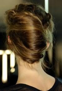 Прическа ракушка отлично смотрится на вьющихся волосах. Пряди зачесываются назад и оформляются в объемную ракушку. Зафиксируют прическу несколько шпилек. Она станет прекрасным решением для повседневного образа.