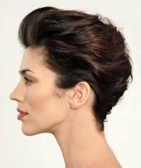 Короткие волосы можно уложить в прическу ракушка. На прядях создается дополнительный объем, после чего они зачесываются назад и постепенно, прядь за прядью заворачиваются в ракушку.