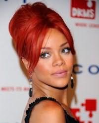 Волосы яркого красного цвета невообразимо сочетаются с прической ракушка, которая подчеркивает красоту оттенка. Удлиненная челка укладывается на ровный пробор, пряди на макушке начесываются и собираются в ракушку.