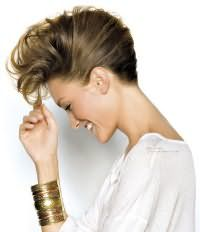 Волосы средней длины великолепно укладываются в прическу ракушка. Для этого необходимо начесать пряди и гладко завернуть их в ролик, при этом челку можно уложить свободными волнами по направлению вверх.