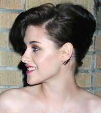 Средняя длина волос великолепно выглядит в прическе ракушка. Удлиненная челка укладывается на косой пробор. Остальные пряди начесываются и закрепляются шпильками в классической ракушке. Прическа станет отличным вариантом для брюнеток.