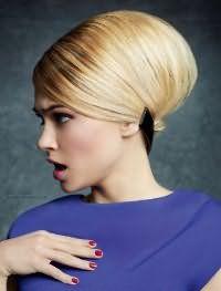 На короткой стрижке можно создать очень красивую прическу ракушку для блондинок. Выпрямленные волосы сильно начесываются у корней и аккуратно заворачиваются в валик во внутреннюю сторону. Фиксирует прическу заколка на затылке.