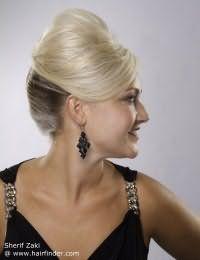 Прическа ракушка поможет акцентировать внимание на контрастном колорировании. Верхняя часть волос подвергается максимальному начесу, и все пряди совместно собираются в вертикальный валик.