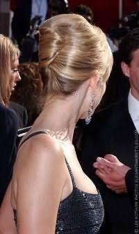 Классическая прическа ракушка великолепно вписывается в вечерний образ. Волосы начесываются, укладываются назад и оформляются в ракушку на затылке. Прическу сможет создать каждая модница самостоятельно.