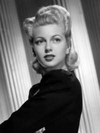 Данная прическа 40-х годов великолепно смотрится на блондинках. Волосы укладываются в волны, у корней создается начес и фиксируется шпильками. Челка зачесывается назад и обрабатывается лаком.