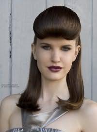 Изысканная прическа 40-х годов хорошо смотрится на средней длине. Волосы выпрямляются при помощи утюжка, объемная челка подкручивается внутрь и фиксируется лаком.