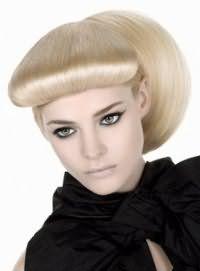 Роскошная прическа 40-х годов для блондинок. Длинные волосы необходимо выпрямить утюжком и разделить на две части горизонтально. Верхняя часть укладывается в валик, а нижняя собирается в хвост.