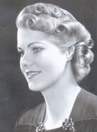 Изящная прическа 40-х годов наделит женственностью. Волосы зачесываются на бок, накручиваются в валики при помощи бигуди и обильно обрабатываются лаком.