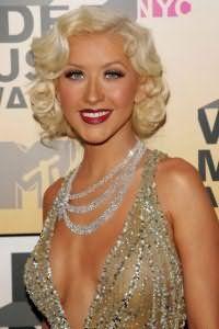Женственная прическа 40-х годов станет идеальным вариантом для свадебного образа блондинок. Волосы необходимо разделить на боковой пробор, уложить в легкие кудри и зафиксировать лаком.