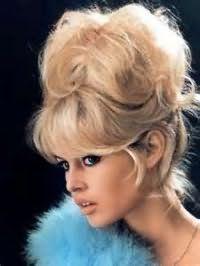 Баббета с челкой в стиле 60-х