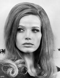 Прически в стиле 60-х с распущенными волосами и начесом