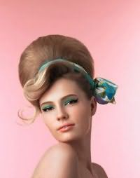 Прическа в стиле 60-х бабетта с лентой