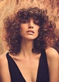 Стрижка в стиле 80-х годов для средних волос