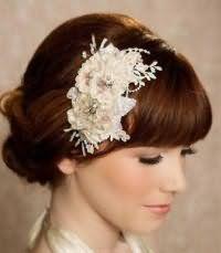 Оригинальная прическа с аксессуаром на свадьбу для средних волос.