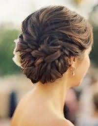 Модная прическа в греческом стиле для невесты с волосами средней длины.