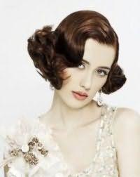 Ретро прическа для невесты с волосами средней длины.