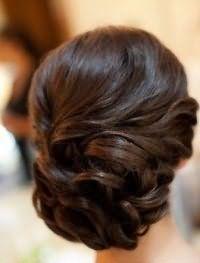 Стильная ретро прическа на свадьбу для средних волос.