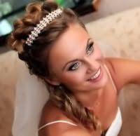 Прическа с диадемой на свадьбу для средних волос.