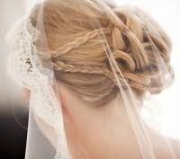 Прическа пучок на свадьбу для волос средней длины.