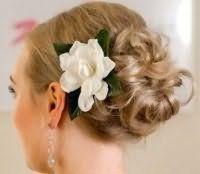 Прическа пучок для невесты с волосами средней длины.