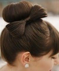 Прическа пучок с бантом для невесты с волосами средней длины.