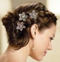 Свадебная прическа с плетением на средние волосы.