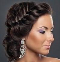 Модная прическа с плетением на свадьбу для средних волос.