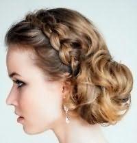 Прическа с плетением для невесты с волосами средней длины.