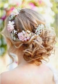 Прическа на свадьбу с цветами для волос средней длины.