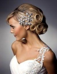 Красивая прическа на свадьбу для средних волос.