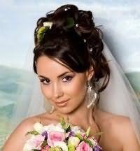 Красивая свадебная прическа с цветами на средние волосы.