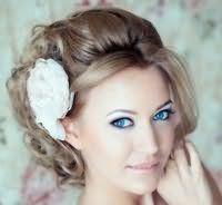 Свадебная прическа с цветами на средние волосы.