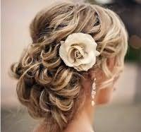 Нежная свадебная прическа с цветами для средних волос.
