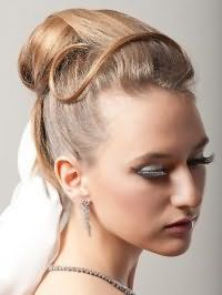 Элегантная свадебная прическа на средние волосы.
