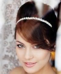 Прическа с начесом для невесты на средние волосы.
