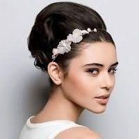 Элегантная прическа на свадьбу с начесом для средних волос.