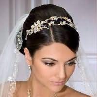 Свадебная прическа с начесом на средние волосы.
