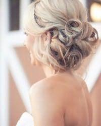 Нежная прическа для невесты с волосами средней длины.