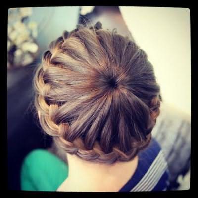 Красивая причёска для девочки на каждый день на средние волосы