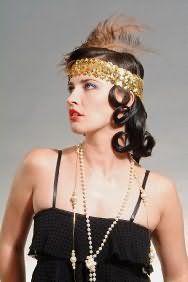 Прическа в стиле Чикаго 30-х годов с повязкой, расшитой золотыми пайетками и перьями
