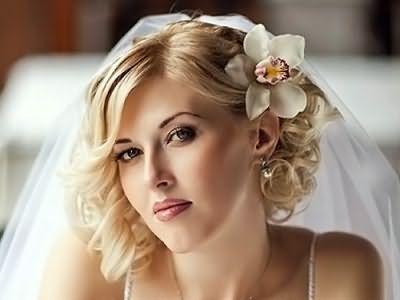 На фото – привлекательная свадебная прическа на коротких волосах