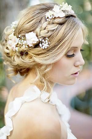 Прически для коротких волос на свадьбу могут создаваться с помощью нескольких накладных прядей, которые полностью соответствуют натуральному оттенку волос