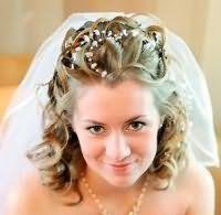 Свадебная прическа для средних кудрявых волос с фатой.