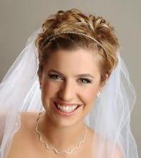 Свадебная прическа для коротких кудрявых волос с фатой.