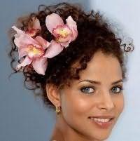 Свадебная прическа для коротких кудрявых волос с цветами.