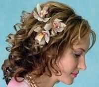 Свадебная прическа для средних кудрявых волос с цветами.